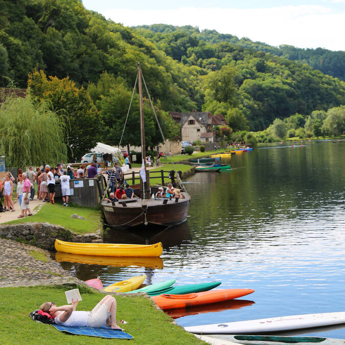 Gabare and canoes on the Dordogne